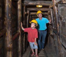 Vater und Sohn im nachgebauten Bergbaustollen