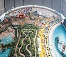 Luftaufnahme vom Inneren des Tropical Island (Schwimmbad)